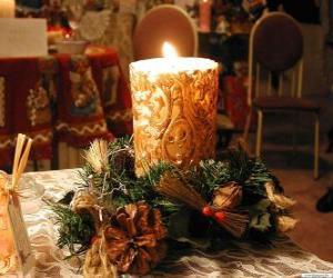 Układanka Świeczkę zapalają jako centralny ozdobione gałązki ostrokrzew i jodły