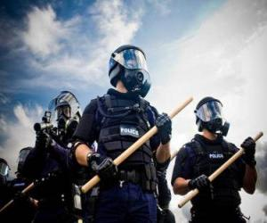 Układanka Agenci policji z buławą w ręku