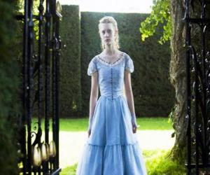 Układanka Alicja (Mia Wasikowska) młody 19 lat życia, wprowadzając wiktoriańska rezydencja, gdzie mieszkał w dzieciństwie