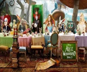 Układanka Alicja jest honorowym gościem na Stracić rozum Herbata Impreza