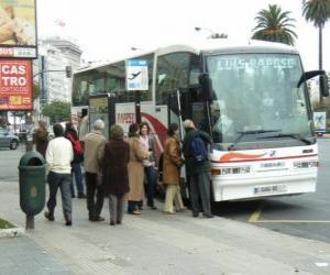 Układanka Autobus miejski w przystanek autobusowy