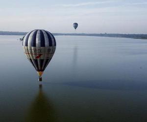 Układanka Balon latające nad wodą