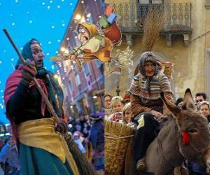 Układanka Befana jest uśmiechnięta staruszka latania na miotle prowadzenia cukierki lub węgla do dzieci we Włoszech