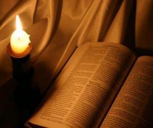 Układanka Biblia i zapalił świecę na ołtarzu