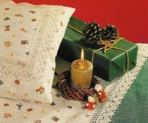 Układanka Boże Narodzenie spalania świecy wraz z innymi ozdoby świąteczne