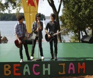 Układanka Braci Shane (Joe Jonas), Nate (Nick Jonas) i Jason Gray (Kevin Jonas) śpiew na Camp Rock Beach Jam