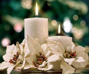 Układanka Centerpiece z dwóch świec i białe kwiaty