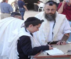 Układanka Chłopak uczył się pod kierunkiem swojego nauczyciela, zarówno Kippah, rytuał piuska małe