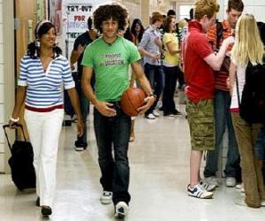 Układanka Chad (Corbin Bleu) i Taylor (Monique Coleman) w korytarzu instytutu