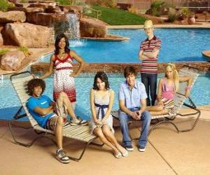 Układanka Chad (Corbin Bleu), Taylor (Monique Coleman) Gabriella Montez (Vanessa Hudgens), Troy Bolton (Zac Efron), Ryan Evans (Lucas Grabeel), Sharpay Evans (Ashley Tisdale) przy basenie