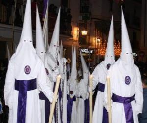 Układanka Chrzescijanie lub penitentów w procesji w Wielki Tydzień z kapturem lub stożka, szatę i płaszcz