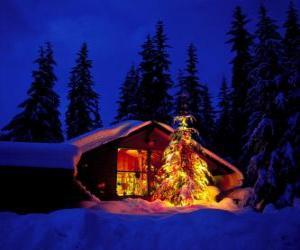Układanka Dom z dużą drzewo udekorowane świąteczne w ogrodzie