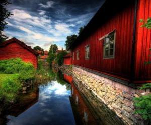 Układanka Domy Red obok kanału