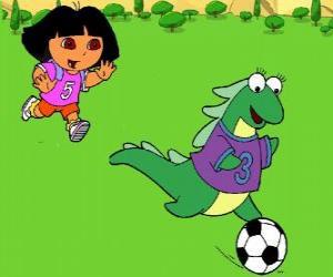 Układanka Dora grać w piłkę nożną ze swoją przyjaciółką Isa iguana