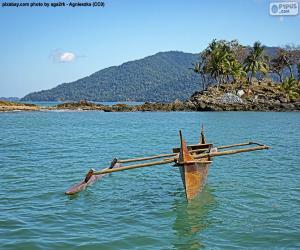 Układanka Drewniany kajak na wybrzeżu Afryki