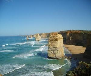 Układanka Dwunastu Apostołów, jest klaster igieł wapiennych wystające z morza u wybrzeży Port Campbell National Park w stanie Victoria, Australia.