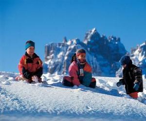 Układanka Dzieci cieszą się świąt Bożego Narodzenia, są zabawy na śniegu