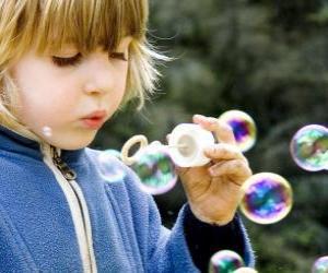 Układanka Dzieci grając dmuchać bańki mydlane