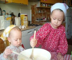 Układanka Dzieci przygotowuje ciasto na prezent niespodzianka dla mamy