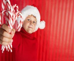 Układanka Dzieci z kapeluszem Santa Claus i laski cukierków w ręku