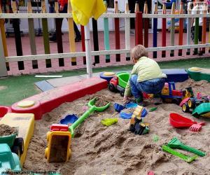 Układanka Dziecko w piaskownica