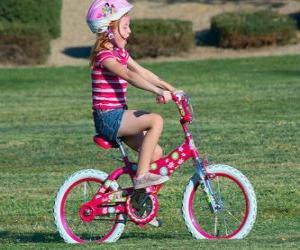 Układanka Dziewczyna jazda na rowerze w parku na wiosnę
