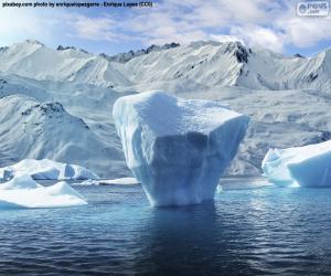 Układanka Góra lodowa w pobliżu brzegu morza