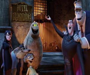 Układanka Hrabia Dracula w drzwi hotelu ze swoimi przyjaciółmi