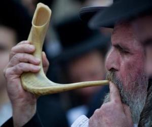 Układanka Mężczyzna gra Szofar. Instrument muzyczny wiatru typowe z żydowskie święta