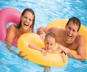 Układanka Młoda para z córką w basenie