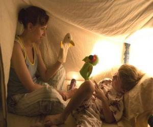Układanka Niania, opiekunka do dzieci lub chilminder zabawa z dzieckiem