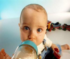 Układanka Niemowlę objęciem butelek