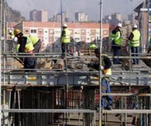 Układanka Ogólny widok domu w budowie o różnych podmiotów działających