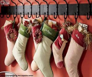 Układanka Pończochy wiszą świąteczne prezenty
