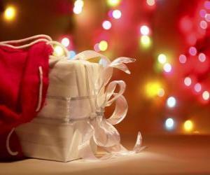 Układanka prezent na Boże Narodzenie zawinięte w biały papier i urządzone z łuku