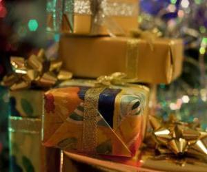 Układanka Prezenty świąteczne z ozdobnymi więzi