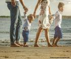 Rodzina spaceru wzdłuż plaży