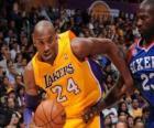 Kobe Bryant grając mecz koszykówki