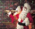 Święty Mikołaj oddawania prezentów w pończochach wiszące