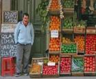 Sprzedawca warzyw i owoców w sklepie