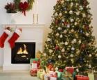 Ognisko w Boże Narodzenie z wisiał skarpetki i ozdób choinkowych