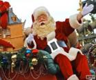 Święty Mikołaj czy Santa Claus machając do magicznego sanki obciążone prezenty na Boże Narodzenie