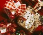 Prezenty świąteczne ozdobiony wstążkami