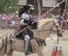 Rycerz w zbroi i włóczni gotowy montowane na koniu także chronione zbroi