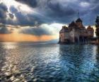 Zamku lub wieży obronnej w otoczeniu jeziora