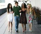 Troy Bolton (Zac Efron) z jej koleżanek Gabriella Montez (Vanessa Hudgens), Taylor (Monique Coleman) i Sharpay Evans (Ashley Tisdale)