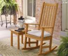 Na biegunach drewniane krzesło