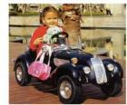 Dziewczyna na klasyczny samochód-zabawkę
