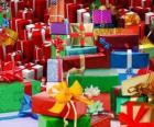 Stos prezenty świąteczne z pięknymi łukami