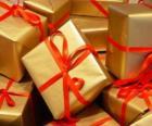 Stos prezentów gwiazdkowych czerwonymi wstążkami